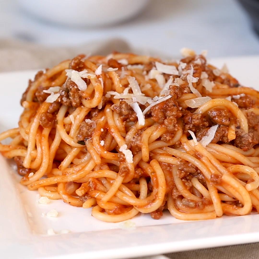 Spaghete bolognese vegetariene condimentate - Eurodiet