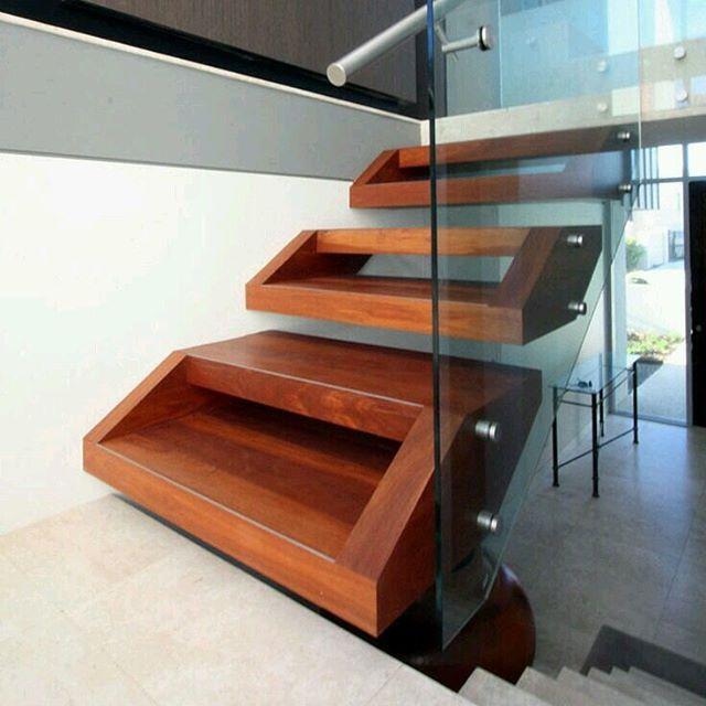 Detalles que marcan la diferencia: escalones duplex en madera caoba ...