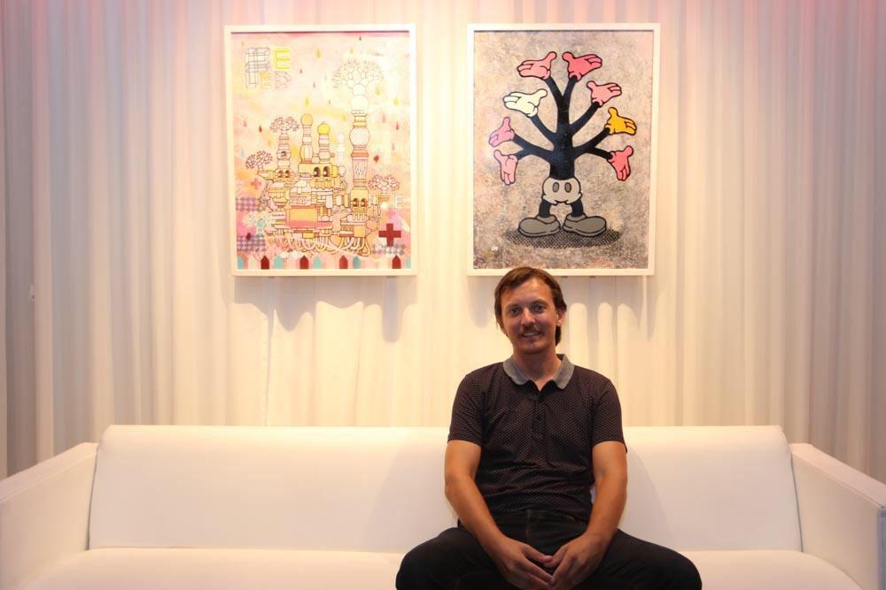 El artista Ukka Hyytiäinen frente a la obra que presento en Visiónica. EL HOTEL pacha, Ibiza