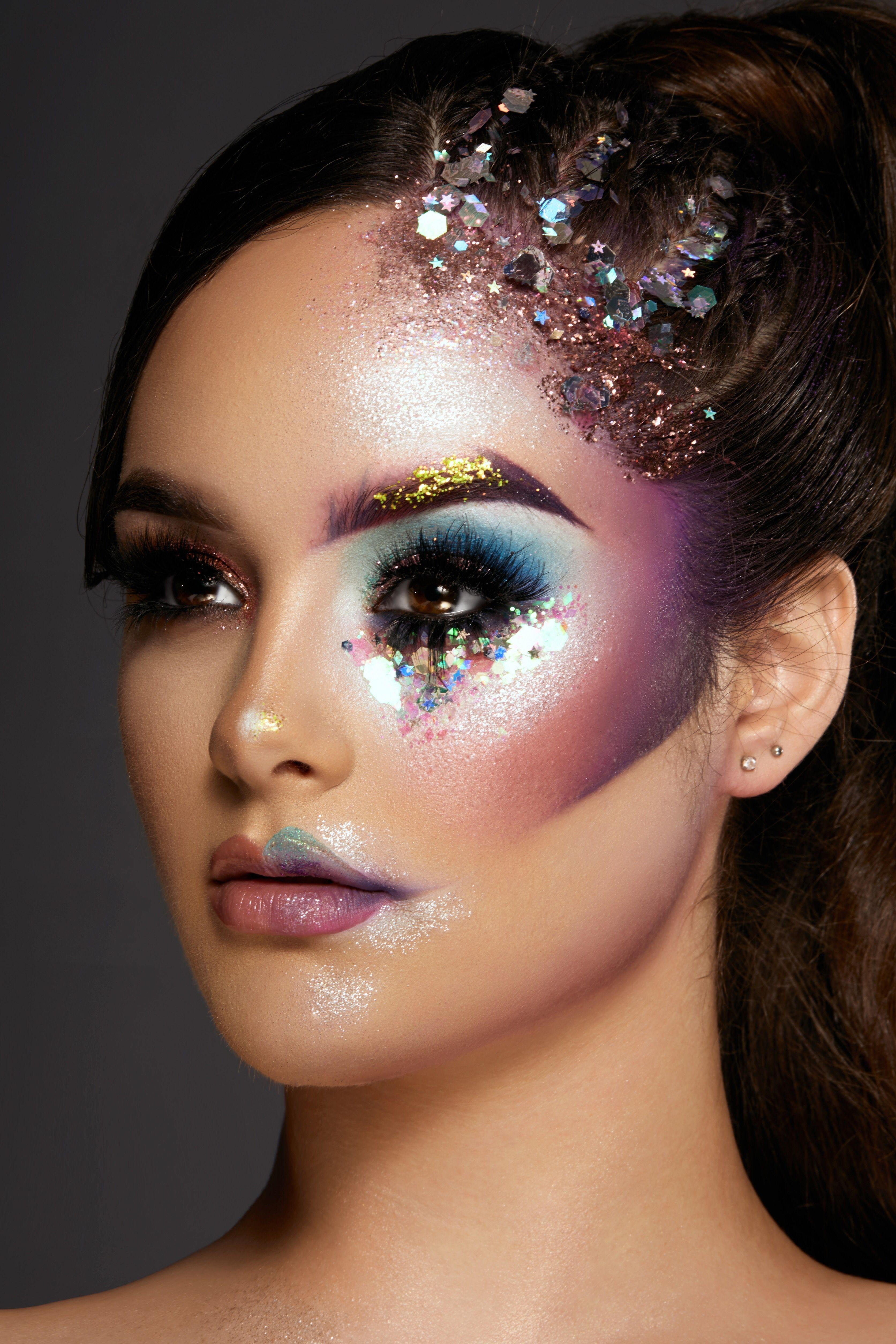 Korektor Make Up In 2020 Fashion Show Makeup Glitter Makeup Looks Futuristic Makeup