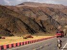 Des fermiers tibétains moissonnent les champs d'orge qui bordent la route, entre Shigatse et Shegar.