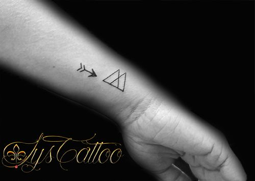 tatouage minimalistes flèche et triangles par lys tattoo à gradignan