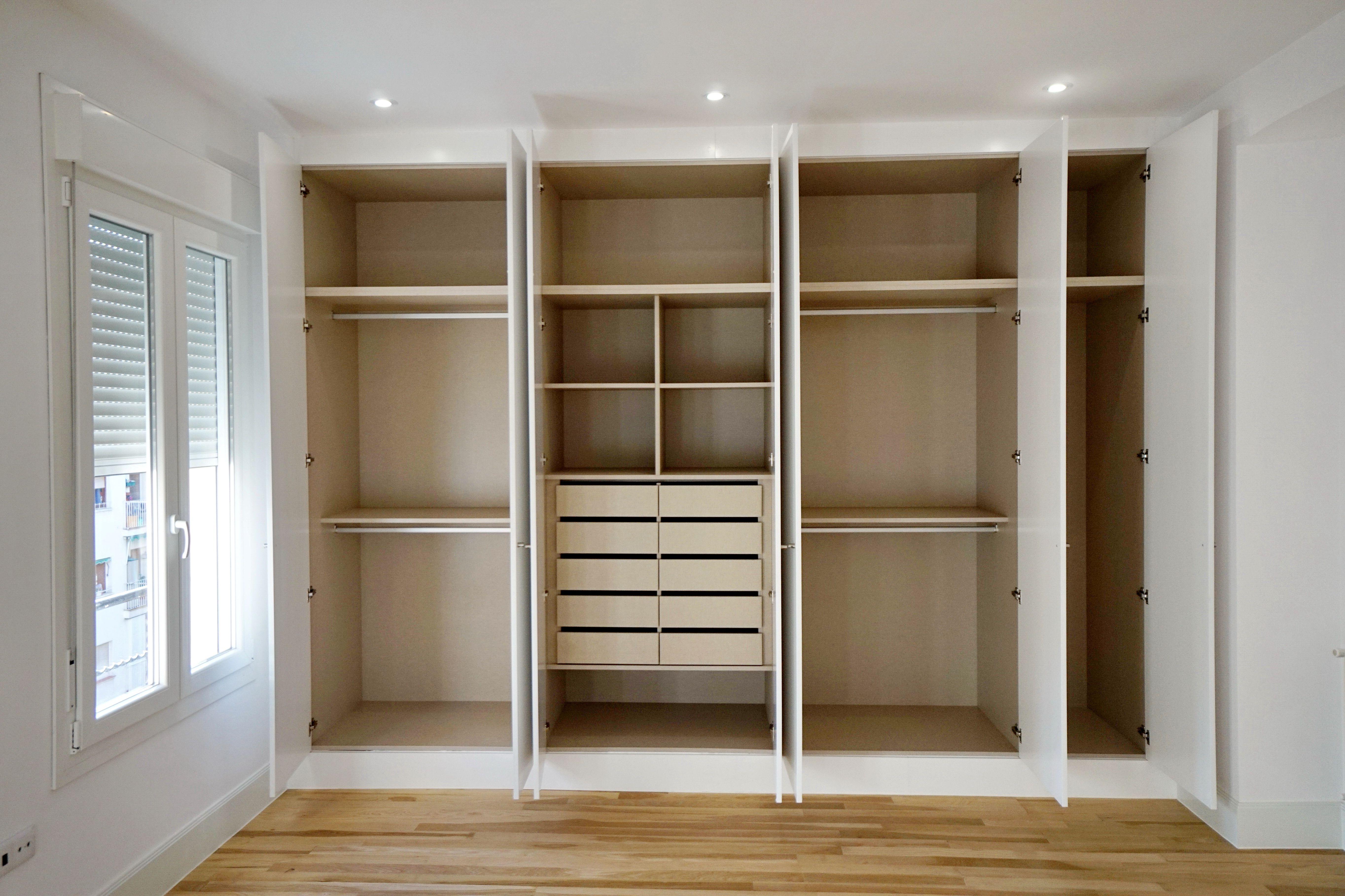 Armarios a medida lacados en blanco e interiores en for Armarios altos para dormitorio