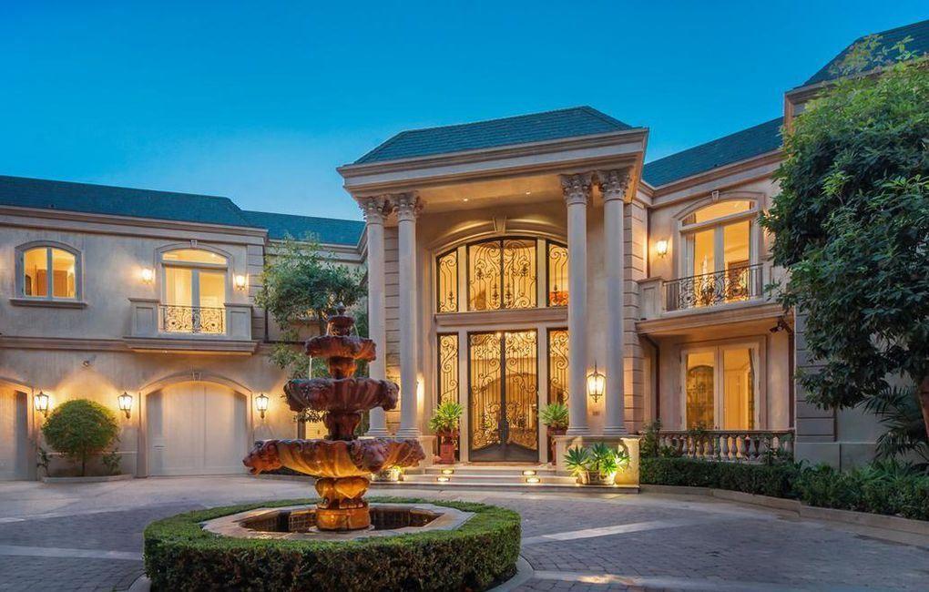 Majestosa mansão em Beverly Hills no estilo neoclássico