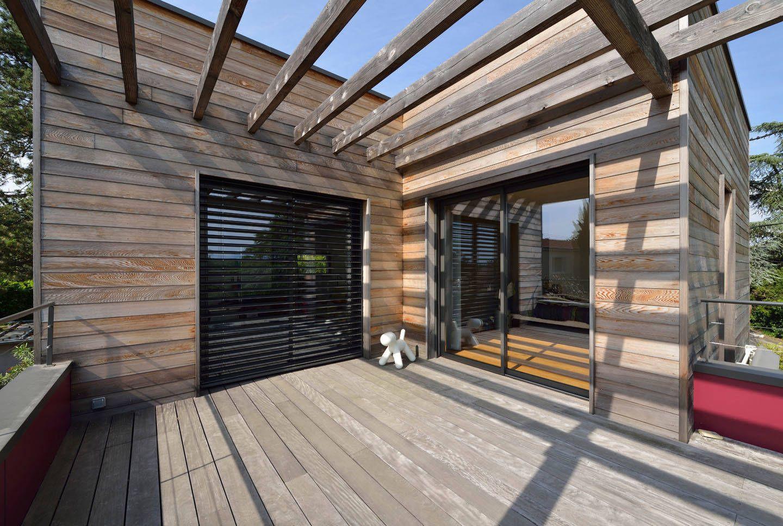 vue sur la terrasse de l 39 tage avec pergola bois et. Black Bedroom Furniture Sets. Home Design Ideas