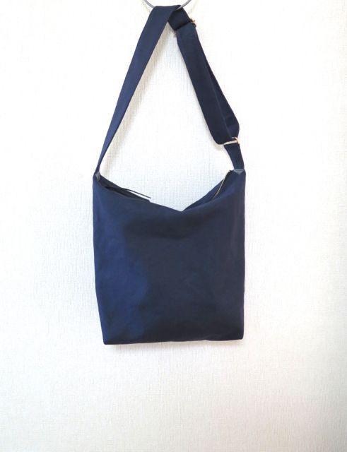 *発色の良い8号帆布で作ったシンプルな斜め掛けショルダーバッグです*帆布のきれいなカラーと上質な風合いを生かして、どこまでもシンプルなバッグを目指しました。お...|ハンドメイド、手作り、手仕事品の通販・販売・購入ならCreema。
