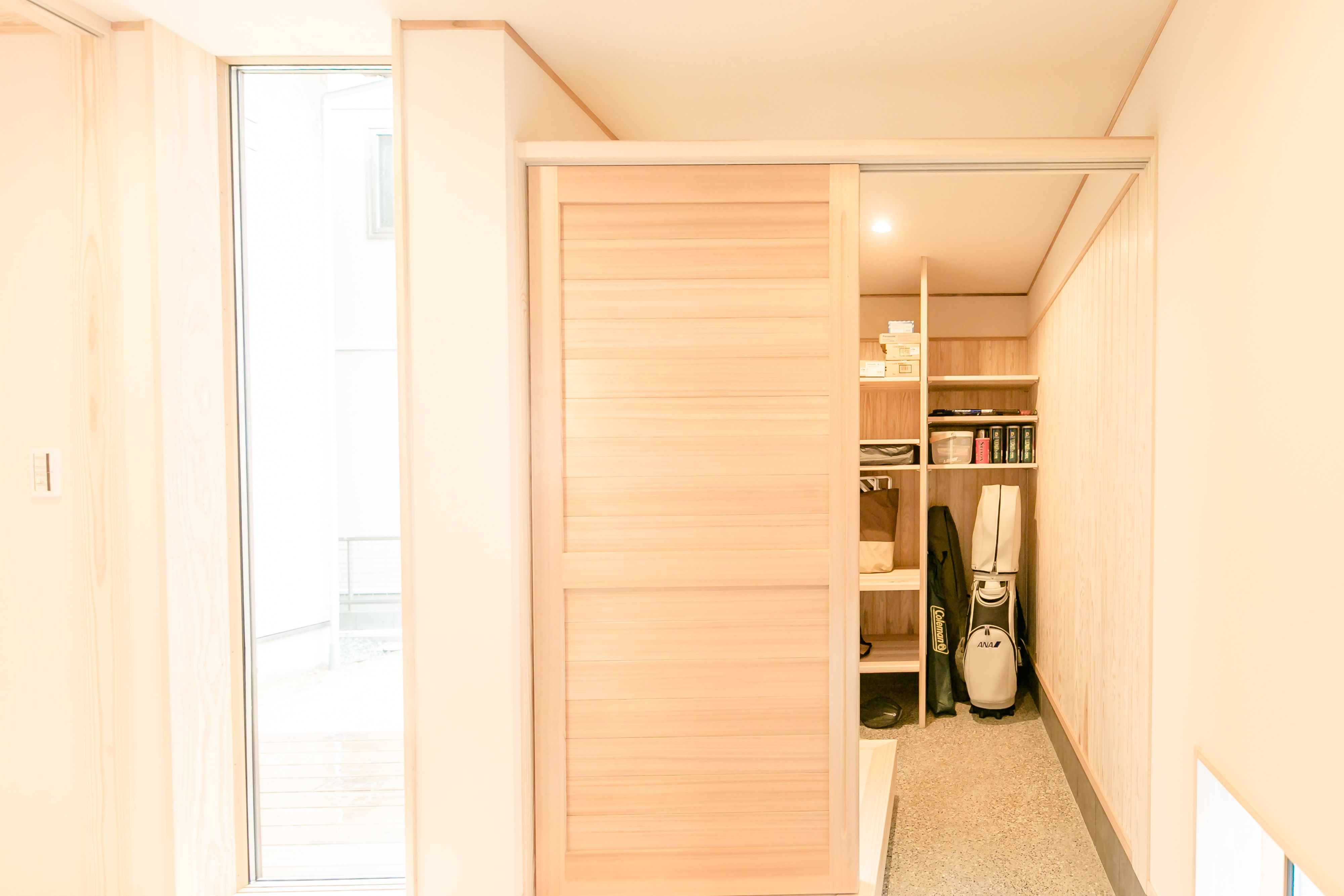 玄関脇の大容量の土間収納 美しい建具で 通気もしっかりと確保しています 収納 美しい 住宅 注文住宅