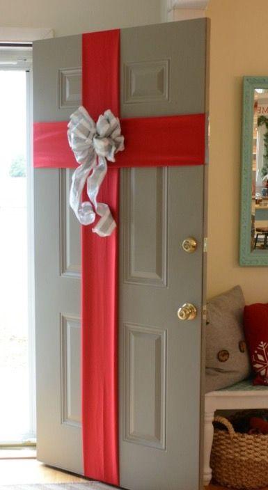 Para no recurrir a la t pica corona de navidad esta lazada en la puerta es una alternativa - Arreglo de puertas de madera ...