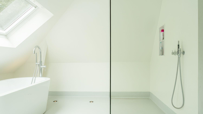 de gietvloer heeft opgesmeerde plinten in gelijke kleur en. Black Bedroom Furniture Sets. Home Design Ideas