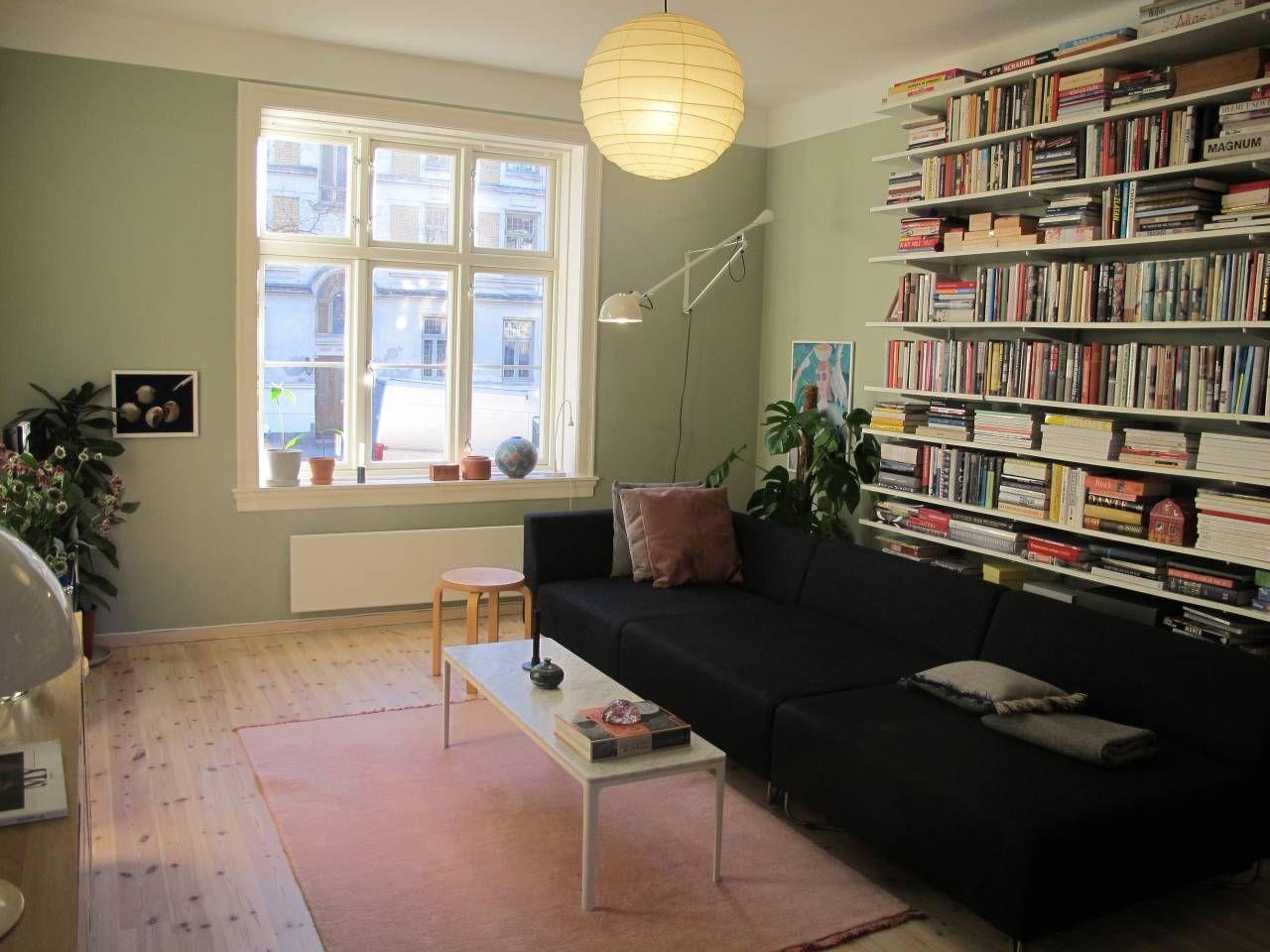 Photo of Veldig koselig stue i halvveis åpen løsning med kjøkkenet.