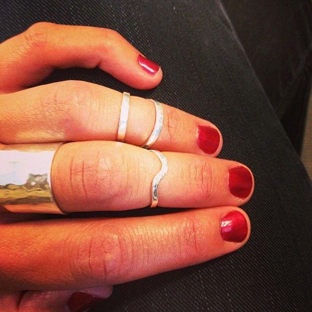 Amy wears her Benjamin Black midi rings and statement ring. http://www.benjaminblack.co.nz/
