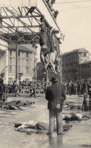 SECONDE guerre mondiale. Benito Mussolini (1883-1945) et sa maîtresse Claretta Petacci (1912-1945) pendu par les pieds de Piazzale Loreto à Milan (Italie). Avril 1945.