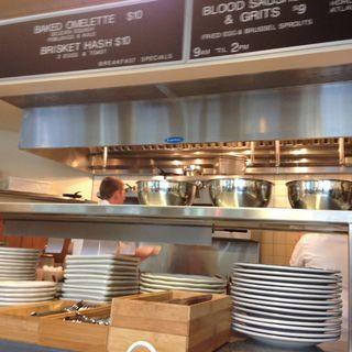 Open Kitchen Counter And Expo Open Kitchen Restaurant Design Kitchen Counter