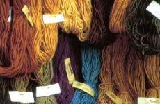 COLORI DEI TESSUTI: 1100-1200  I colori da evitare sono il nero e il bianco, colori invece adattissimi sono i primari e i secondari (ricordiamo che le possibilità di colore erano limitate dalle sole tinture naturali, quindi i colori più frequenti erano il color lana grezza, il blu, il rosso, il marrone e il verde) ma mai in tonalità troppo accese,ma neanche troppo pallide,giallo ocra,  rosso porpora,  blu egiziano o un azzurro celeste e così via..