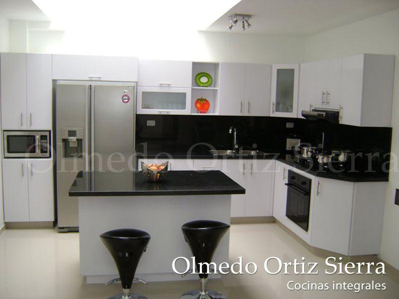 Cocina integral blanca en l con mesa de centro cocinas for Mesas de cocina blancas