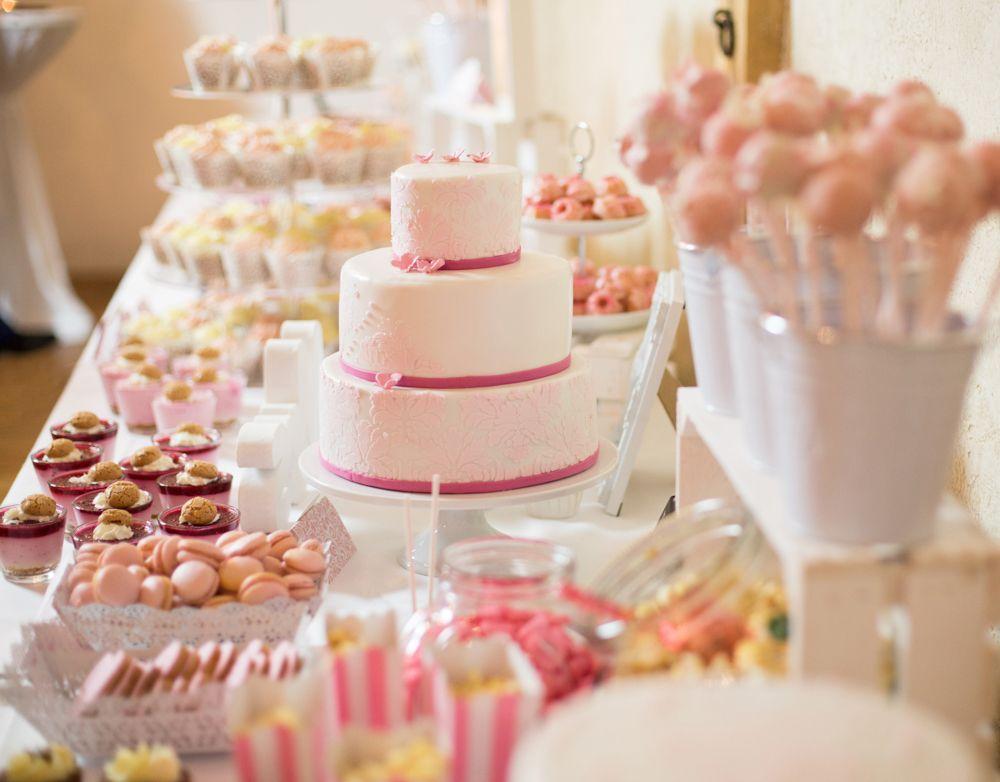Süße Sweet Table Inspiration in rosa und weiß