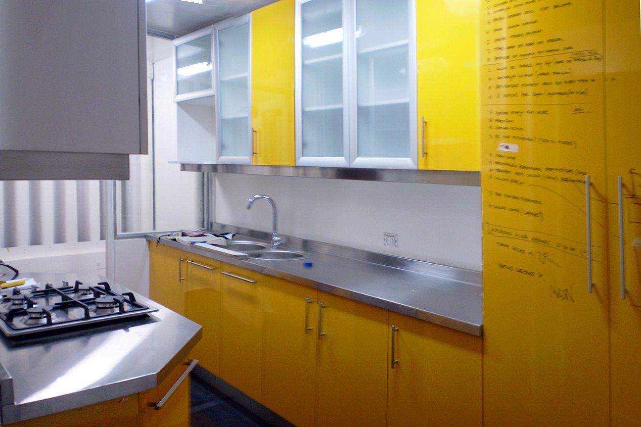 Muebles de cocina con cubierta de acero inoxidable puertas for Muebles de cocina amarillos