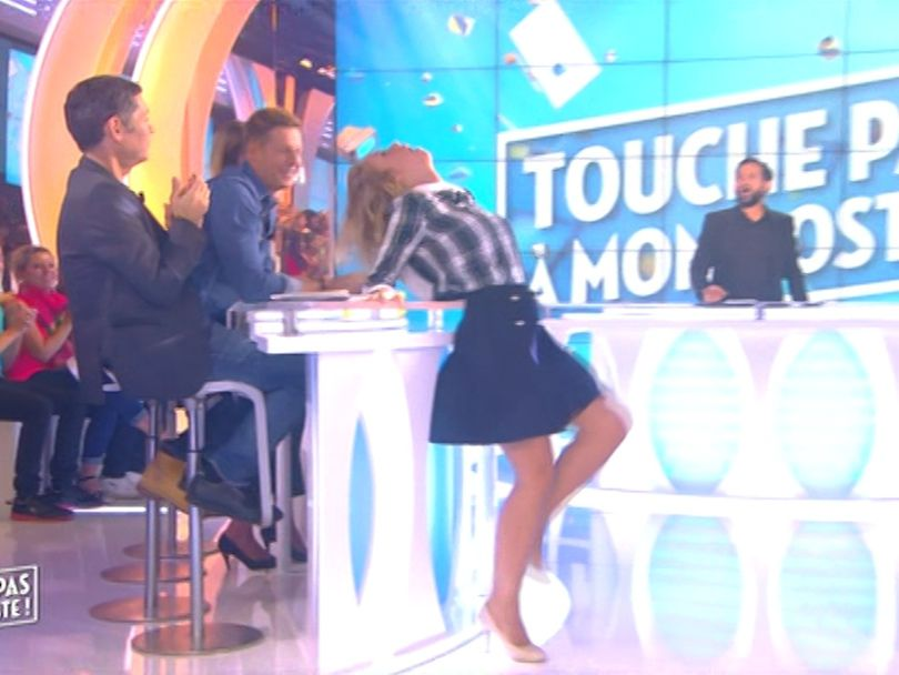 Enora Malagré sexy en mini jupe pour imiter Britney Spears dans TPMP (vidéo)