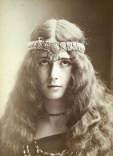 CLEO DE MERODE - THE FAMOUS COURTISAN CLEO DE MERODE, 18 YEARS OLD MISTRESS OF KING LEOPOLD II OF BELGIUM PHOTOGRAPHIED BY NADAR.