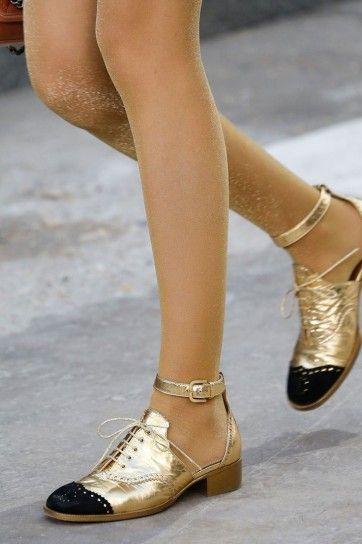 Stringate con cinturino alla caviglia metallizzate oro Chanel primavera estate  2015. Scarpe Sandali 8bdf5aac59c