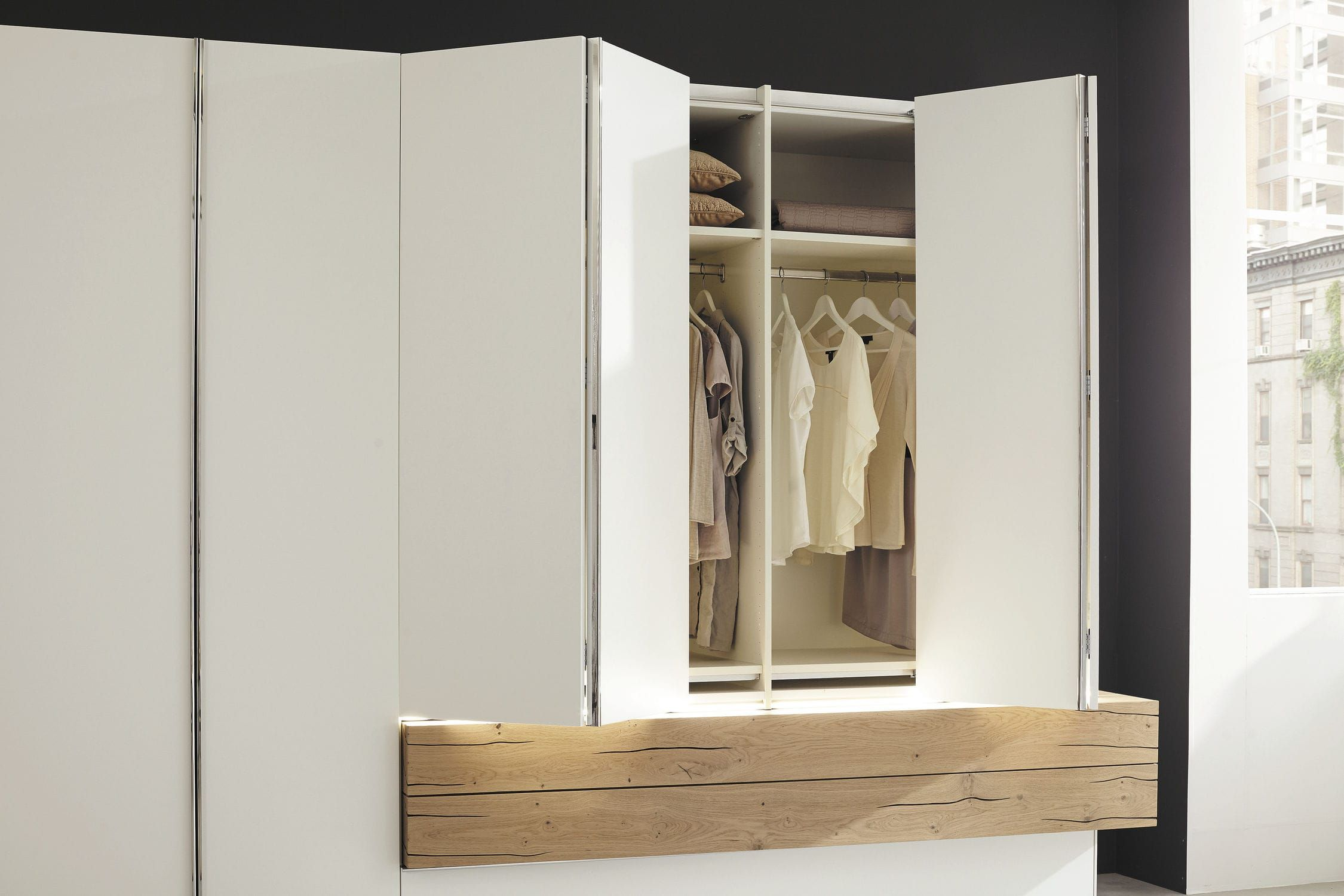 Moderne Kleiderschrank / lackiertes Holz / aus Massivholz ...