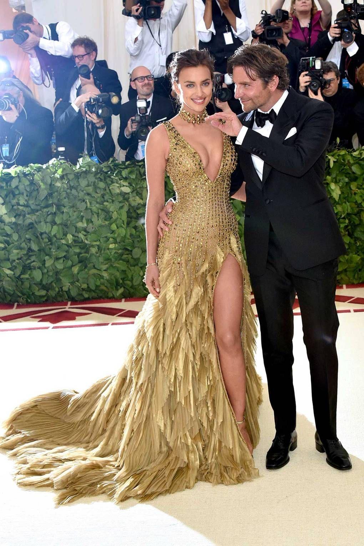 Met Gala 2018 Irina Shayk Wearing Versace And Bradley Cooper Wearing Tom Ford Met Gala Dresses Gala Dresses Beauty Dress