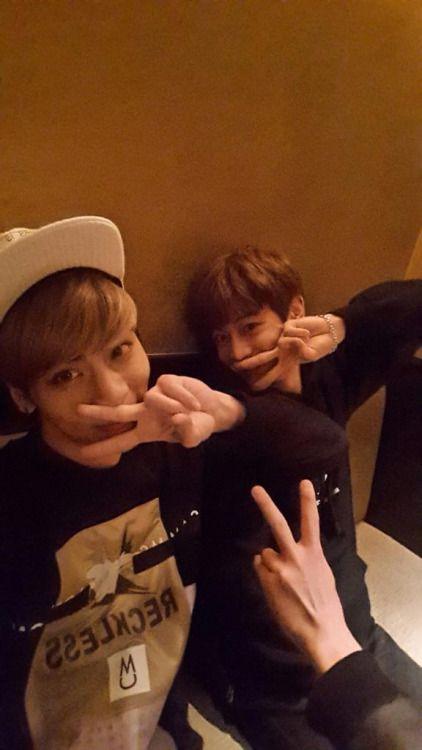 150305 Jonghyun twitter update@realjonghyun90:여고생인척! Pretending to be high school girls!