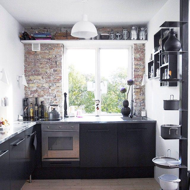 Svart kjøkken er ekstra fint mot en murvegg. Kjøkkeninnredningen er fra IKEA, men her har den fått en svartgrå lakk hos industrilakkerer. Veldig kult, synes vi! #boligpluss #kitchen #kjøkken #interiordesign #interior
