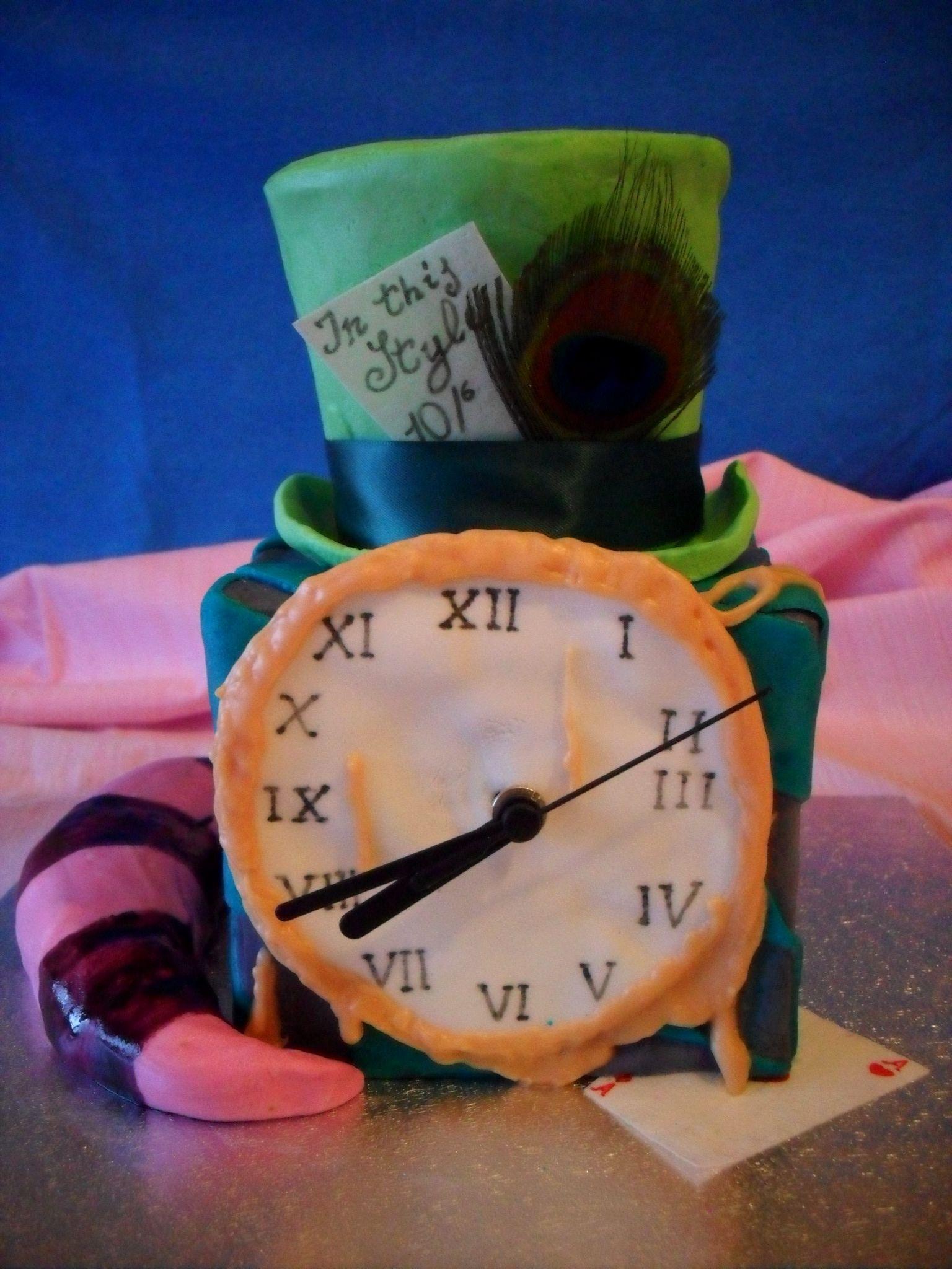 Alice in wonderland animated cake  http://lovelycake-gatta.blogspot.it/2012/04/wonderland-cake-la-mia-linea-di-torte.html