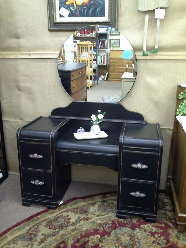 Sold This Vintage Vanity Has Round Mirror And 4 Drawers