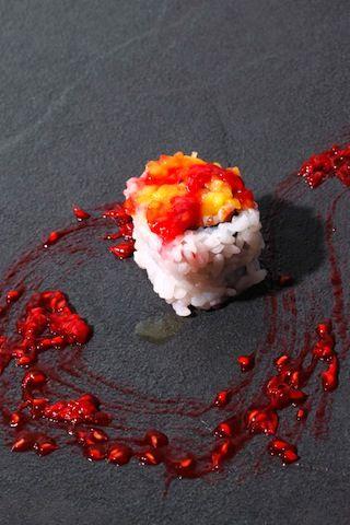 Le Pika Pika Mangue Et Framboise Delicatement Deposes En Fine Couche Sur Un Maki By Hisayuki Takeuchi Maison Kaiseki Photo Pa Sushi L Art Du Sushi Mangue