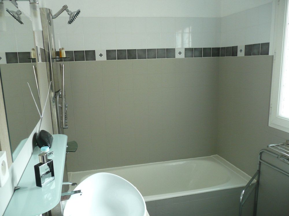 sdb avec résinence - apres -Une salle de bain vieillotte rajeunit ...
