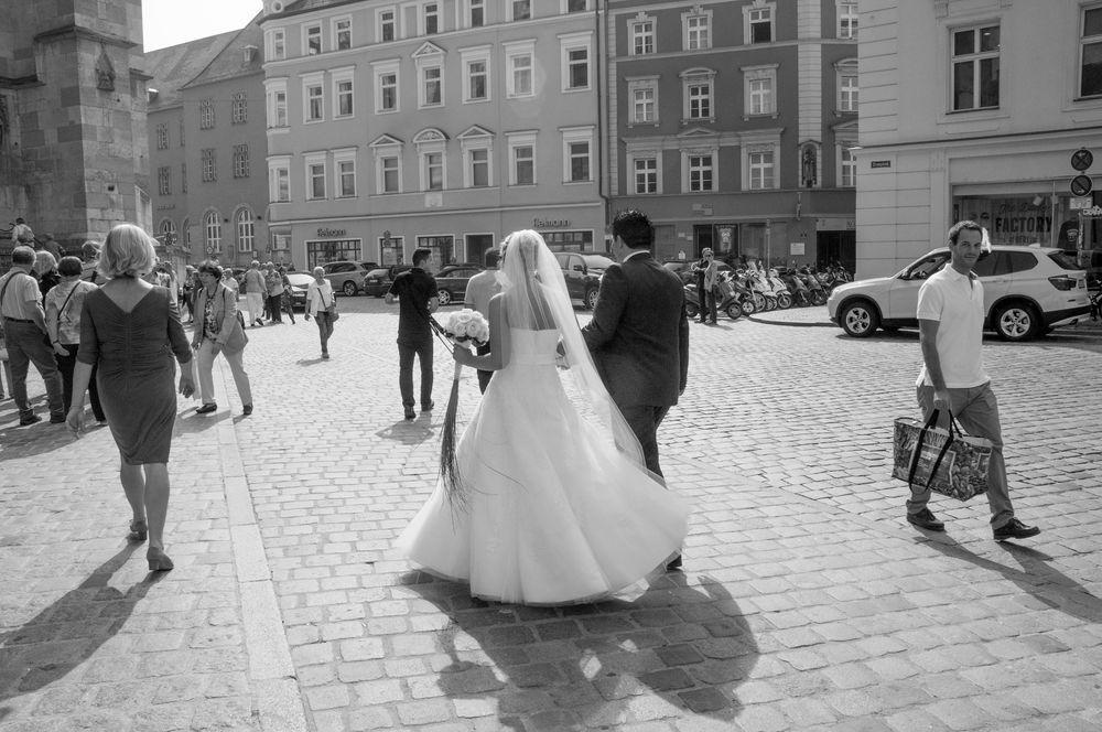 Foto por Karen Swift - National Geographic   Enquanto em Regensburg, Alemanha Vi a noiva eo noivo fazendo o seu caminho para a igreja, assim que eu cliquei. Eu gostei das sombras seguintes los em seu caminho para o seu destino.