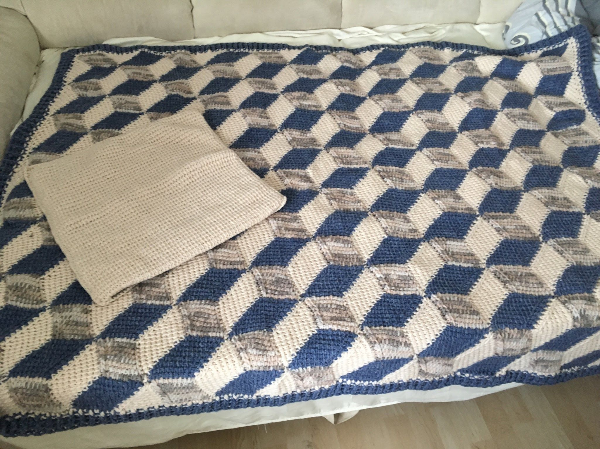decke eifel 3 d entrelac woolly hugs sheep veronika hug tunesisch h keln tunisian crochet. Black Bedroom Furniture Sets. Home Design Ideas