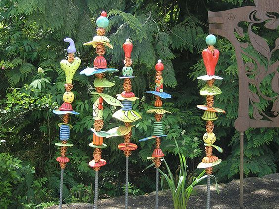 Garden Totems 28 Design Ideas In Glass Ceramic Mosaic And Wood Glass Garden Art Garden Totems Garden Pottery