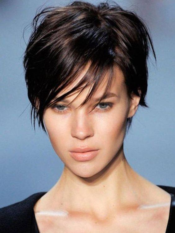 Coupe cheveux tres courts femme visage rond
