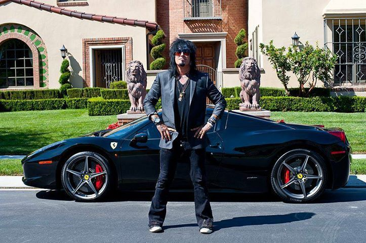 Loveing. The Lions standing proud. Outside the House. With Nikkii Sixx