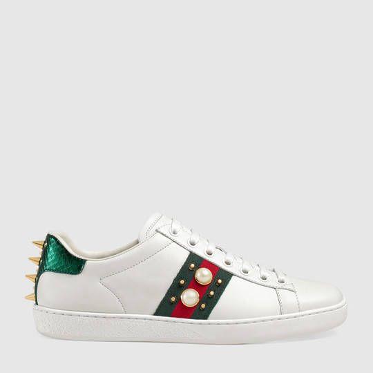 Gucci Zapatilla deportiva de caña baja Ace de piel con tachuelas  9c0fb0bfc22
