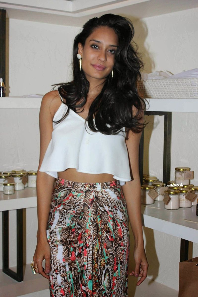 queen actress lisa haydon at store launch in atosa mumbai - Atosa