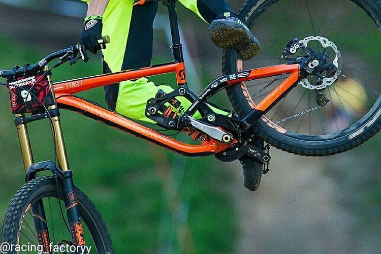 The new 2016 Scott Gambler prototype with changed linkage! Spotted on Crankworx Rotoura  #downhill #mtb #bikeporn #sram #rockshox #boxxer #rockshoxboxxer #rockshoxpike #freeride #fox #fox40 #foxsuspension #foxfloatX2 #mountainbiking #mountainbike #shimano #scott #scottgenius #scottgambler #scottbikes