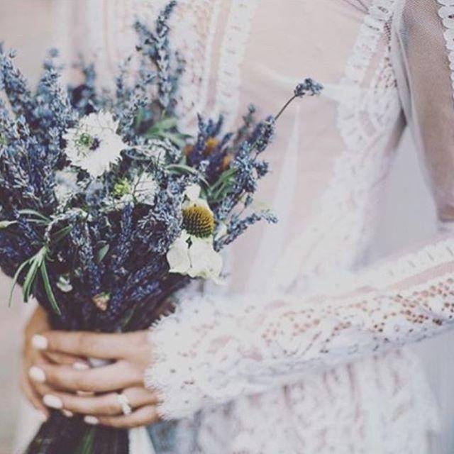 WEBSTA @ authentique_weddingdress - *アンティーク調の総レースのドレスはドライフラワーのブーケを合わせて、ヴィンテージ感溢れるスタイリングに。Dress:katyakatyashehurina  03-70216