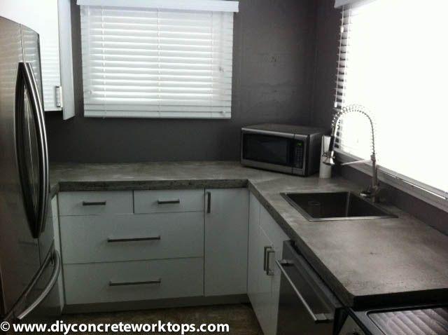 Harmaa betonitaso keittiössä. Itse tehty paikallaanvalettuna.