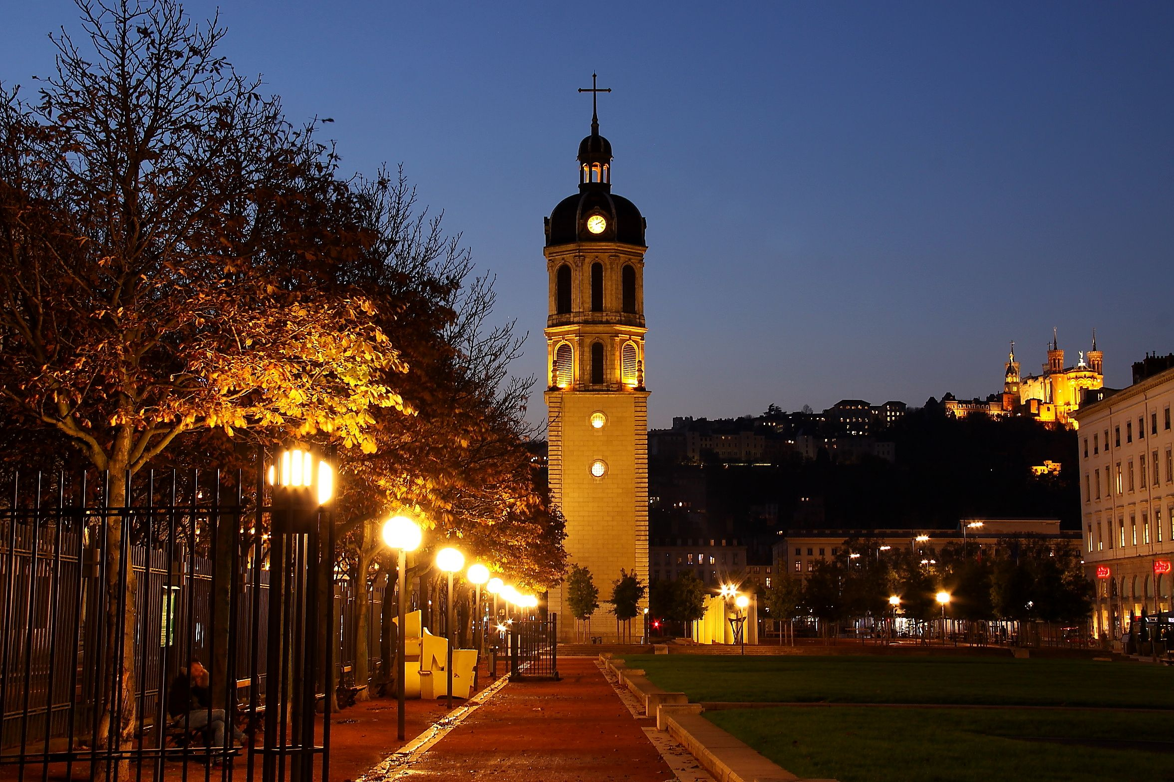 Lyon la nuit place Antonin Poncet