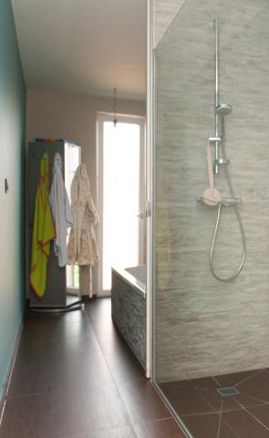Badkamer • inloopdouche • steenstrips • nieuwbouw • modern • Foto ...