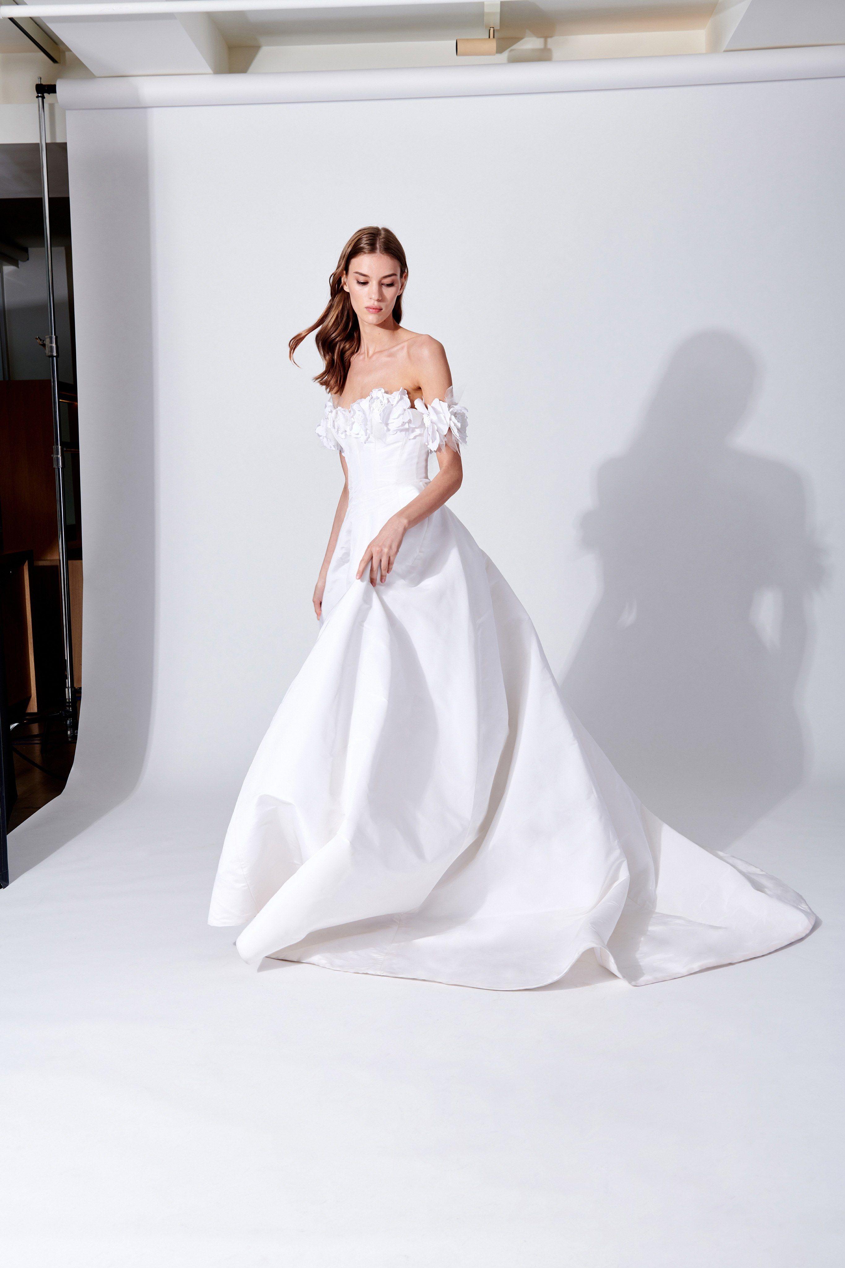 b0356bc10cee #bridal Oscar de la Renta Bridal Spring 2019 New York Collection - Vogue  #bridal #bridalgown #bridaldresses #wedding #weddingdresses