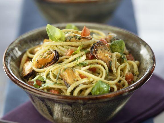 Pasta mit Basilikum und Miesmuscheln ist ein Rezept mit frischen Zutaten aus der Kategorie Muscheln. Probieren Sie dieses und weitere Rezepte von EAT SMARTER!