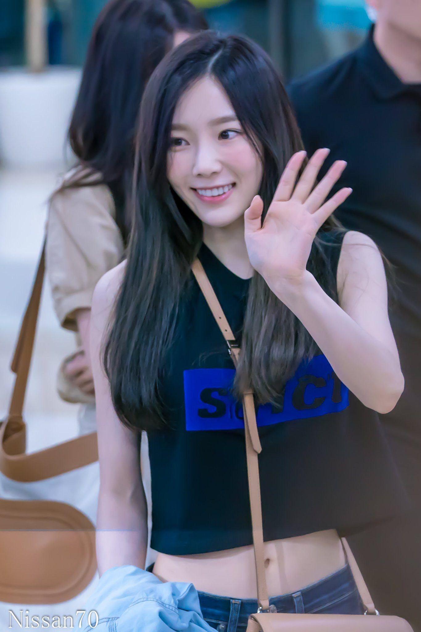 Taeyeon Wore A Crop Top And Exposed Her Perfect Midriff Koreaboo Girls Generation Taeyeon Taeyeon Kpop Girls