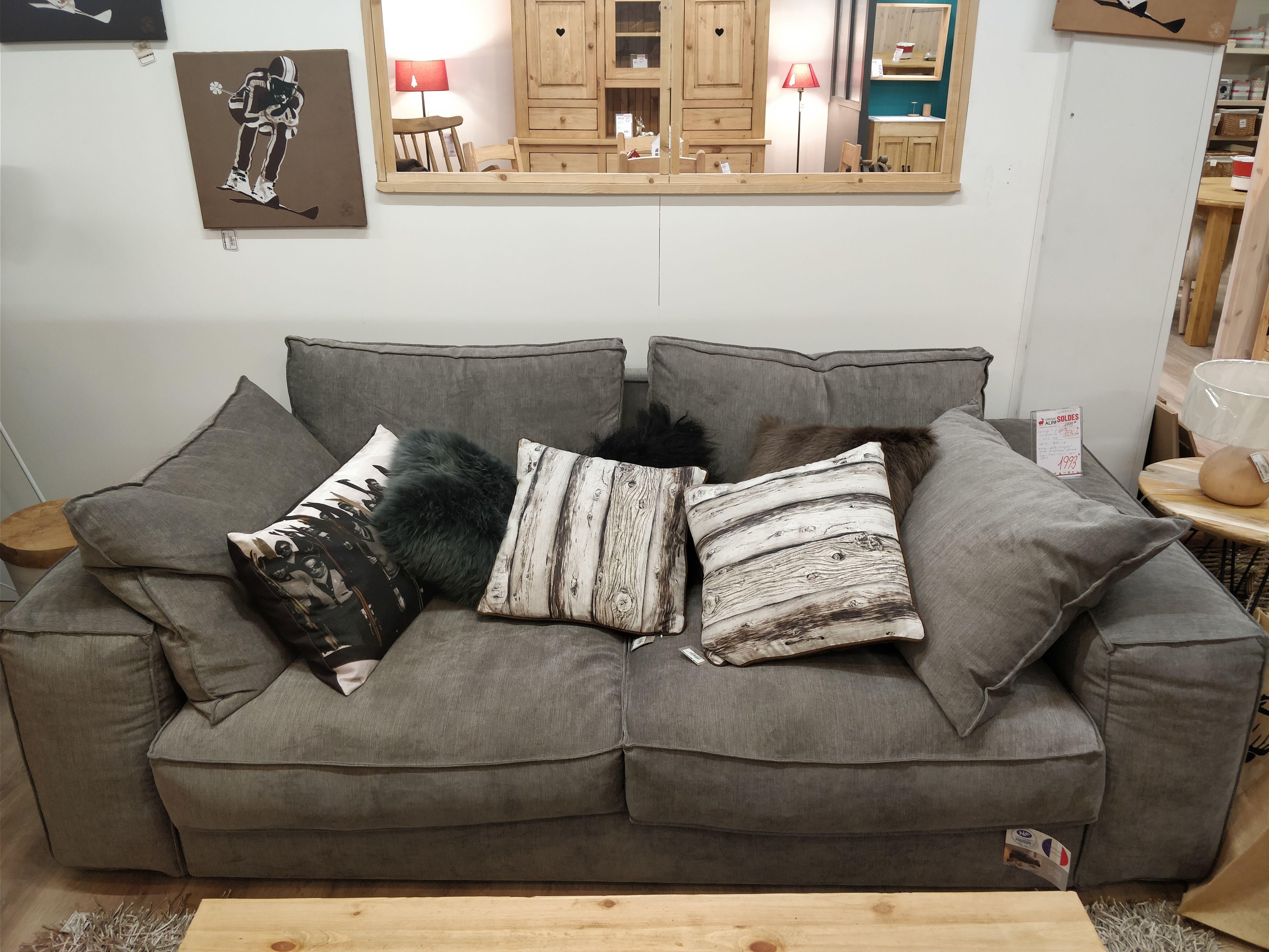 Un Canape Cossu Pour Un Interieur Montagne Mobilier De Salon Canape Canape Lit Gigogne