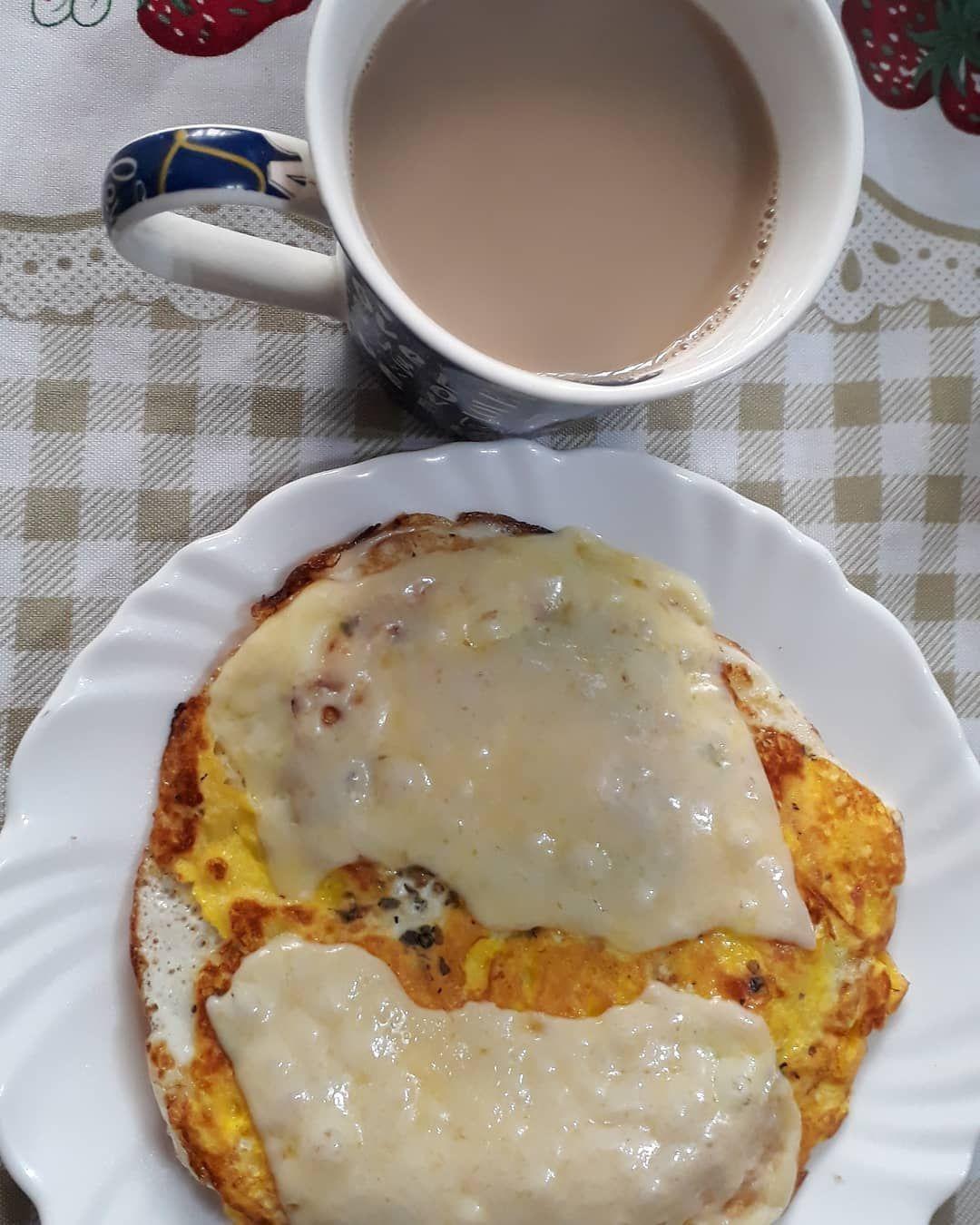 Bom dia!! Ovinhos, café com leite desnatado e pão integral (Está perdido embaixo dos ovos) ☕☕ . . A...