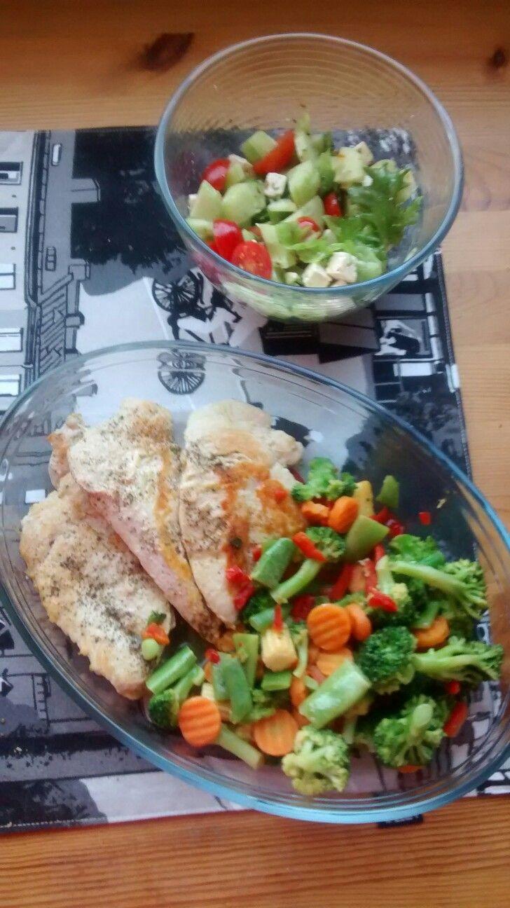 Kananleikkeet, vihannessekoitus ja fetasalaatti